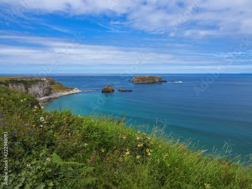 Fotografia  Die Atlantikküste an der Causeway Coastal Route in Nordirland