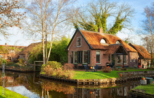 Obraz Scenic view on the canal in Giethoorn on a sunny  morning, Netherlands. - fototapety do salonu