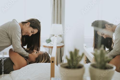 Fotomural  Lesbian couple having fun in bed