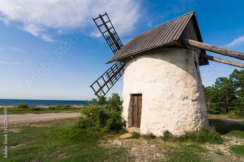 Fotografía  Väderkvarn på Gotland Djupvik med havshorisonten i bakgrunden