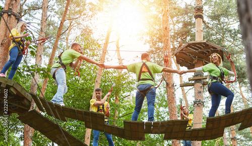 Fotografie, Obraz  Gruppe beim gemeinsam Klettern im Kletterwald