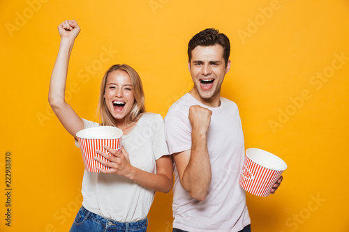 Photo  Cheerful young couple standing isolated over