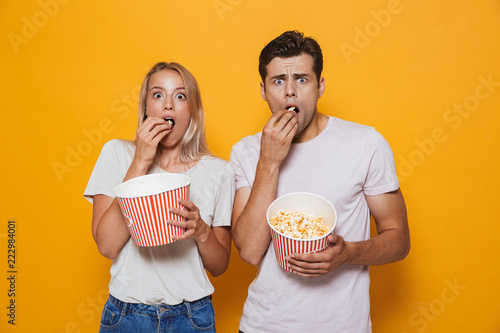 Photo  Scared young couple standing isolated