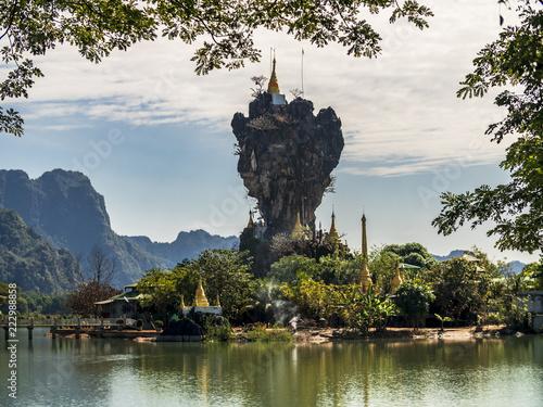 Unique enchanting Buddhist Kyauk Kalap Pagoda in Hpa-An, Myanmar (Burma) Fototapeta