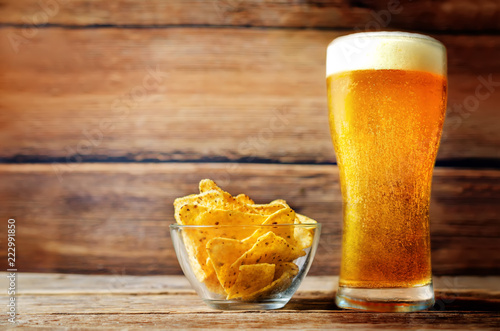 Poster Bier / Cider Glass of cold light beer with corn chips
