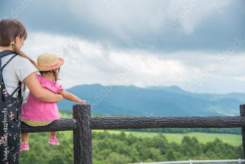 Fotografie, Obraz  高台から景色を眺める親子