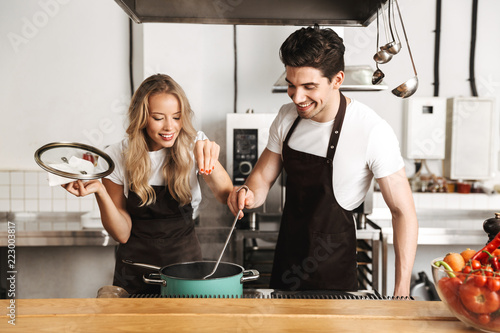 Fotografía  Smiling chefs couple dressed in aprons