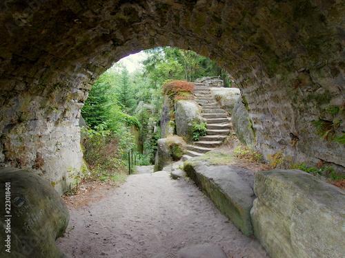 Poster Tunnel Średniowieczny tunel w górach stołowych - wyjście z podziemia