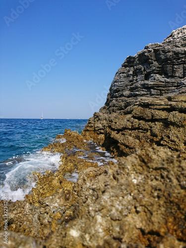 Fotografie, Obraz  Skalisty brzeg Chorwacji w rejonie Puli, Morski brzeg, Europa