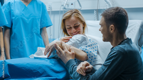 Fotografía In the Hospital Mother Hold Newborn Baby, Supportive Father Lovingly Hugging Baby and Wife