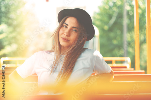 Fotografia  Young woman with hat on a city tour