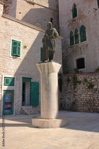 Fototapety, obrazy: Croatia, Šibenik - a monument to Juraj Dalmatinac, the first designer of the Cathedral of St. Jakub in Šibenik, located near the temple.