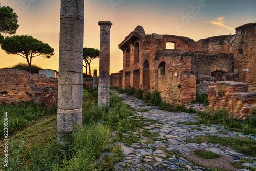 Foto  Roman empire sunset street view in archeological excavations of Ancient Ostia -