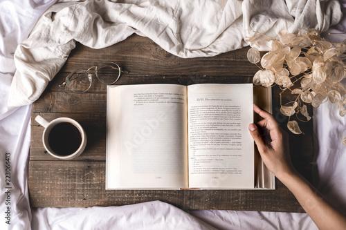 Fotografie, Obraz  Libro con café gafas y tabla de madera