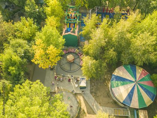 Zdjęcie XXL widok z lotu ptaka widok z góry na miasto z szczęśliwymi dziećmi na letnie wakacje