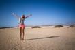Frau steht in den Wüste mit offenen Armen
