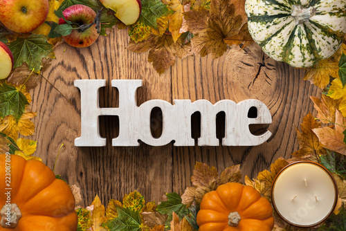"""Fotografía  word """"home"""" on wooden background with autumn decoration"""