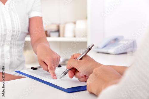 Fotografía Patientenaufklärung und Behandlungsvertrag durch Patient und Arzt, Unterschrift