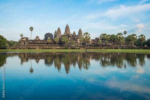 Fototapeta premium Piękne odbicie Angkor Wat, ogromnego i największego pomnika religii na świecie. Znajduje się w Siem Reap w Kambodży.