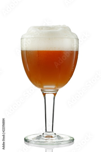 Foto op Plexiglas Alcohol glass of beer on white background