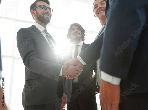 Fotografía  business people handshaking after good deal.