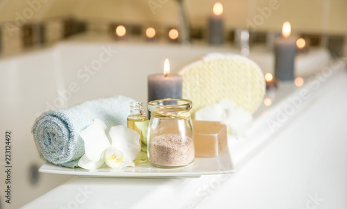 Foto White ceramic tray with home spa supplies in home bathroom for relaxing rituals