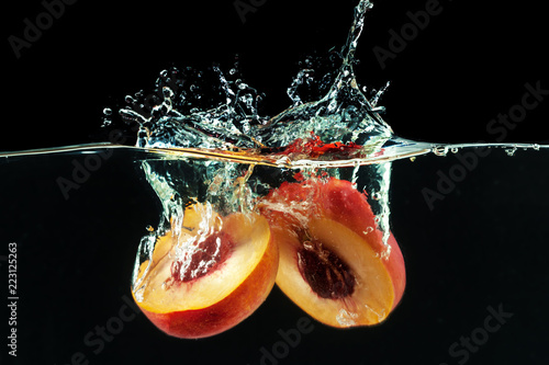 Cuadros en Lienzo Peach dropped into water with bubbles