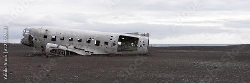 Cuadros en Lienzo  Plane wreck in Iceland at a cloudy day with no people