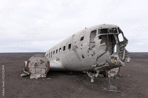 Fotografía  Plane wreck in Iceland at a cloudy day with no people