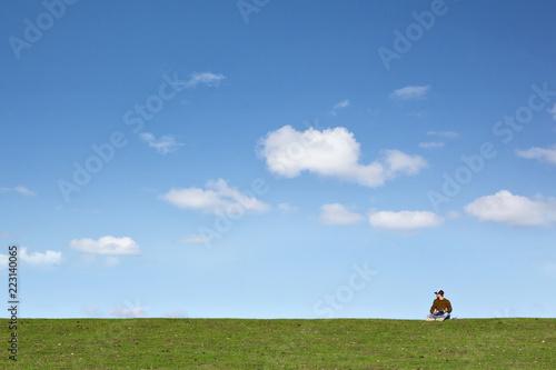 Fotografering  Mann auf einer Wiese mit viel Platz