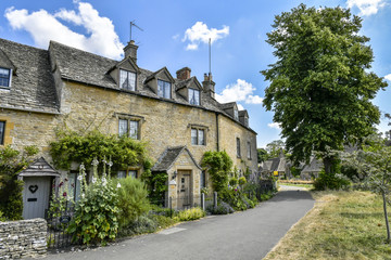Fototapeta na wymiar england, gloucestershire, village, uk, cotswolds, old, lower slaughter, stone, building, architecture, rural, europe, cotswold, cottage, house, travel, countryside, idyllic, landmark, peaceful, countr