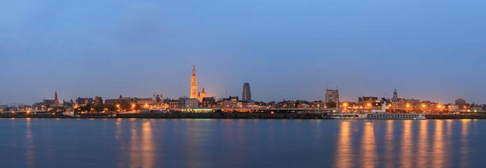 Prekrasna panorama gradskog krajolika obzora Antwerpena u Belgiji tijekom plavog sata gledanog s obale rijeke Scheldt