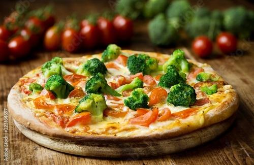 Hausgemachte Pizza mit Brokkoli, Tomaten, Mozzarella und Sauce Hollandaise