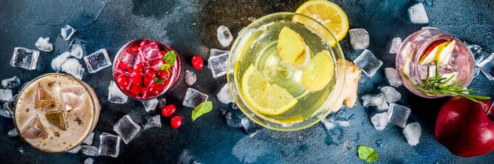Razni jesenski zimski sezonski alkoholni koktel Jabuka ružmarin, votka od brusnice, đumbir limunski ale, Almande Horchata, Kahlua Cacao, tamno plava pozadina copy space banner