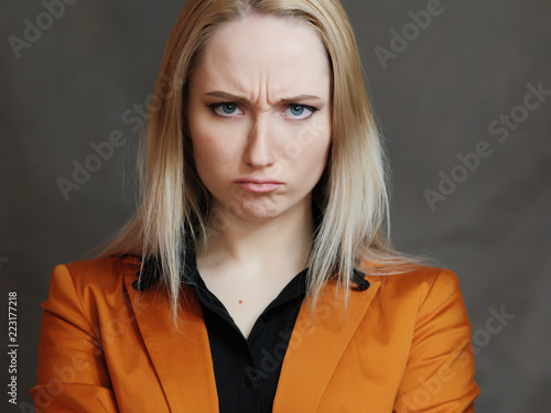 Fotomural Woman with a strict look on a dark background.