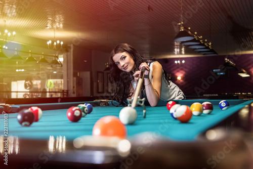 Fotografía Woman playing billiard and using bridge rack