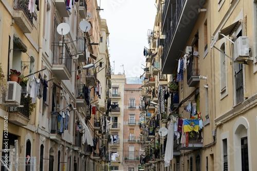 Fototapeten Schmale Gasse Barcelona バルセロナ 下町の風景