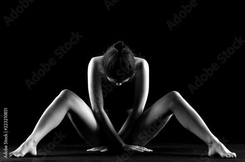 Deurstickers Akt Nudo artistico di donna nuda erotica e sexy e sensuale in posizione seduta in bianco e nero