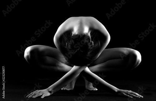 Deurstickers Akt Nudo artistico di donna nuda erotica e sexy e sensuale in posizione china e in ginocchio distesa e sdraiata in bianco e nero