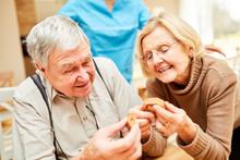 Senioren Mit Demenz Spielen Ein Puzzlespiel