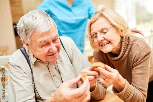 фотография  Senioren mit Demenz spielen ein Puzzlespiel