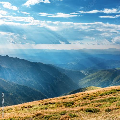 gory-krajobraz-z-blekitnymi-wzgorzami-i-sunrays