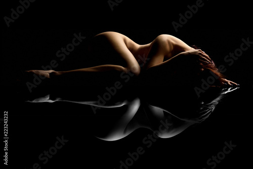 Deurstickers Akt Nudo artistico di donna nuda sexy sensuale ed erotico distesa e sdraiata su specchio con il corpo mentre riposa