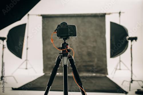 Fototapeta Digital camera mounted on a tripod in a photo studio obraz na płótnie