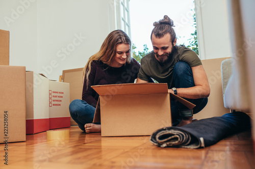 Slika na platnu Couple unboxing their household items