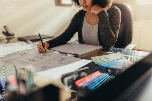 Pinturas sobre lienzo  Female architect working new designs at her work desk