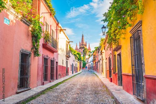 Fototapeta premium Piękne ulice i kolorowe fasady San Miguel de Allende w Guanajuato w Meksyku