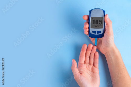 Fotomural  The diabetic measures the level of glucose in the blood