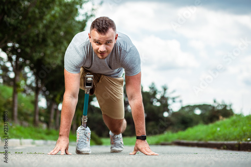 Photo Confident young man with disability standing on the track