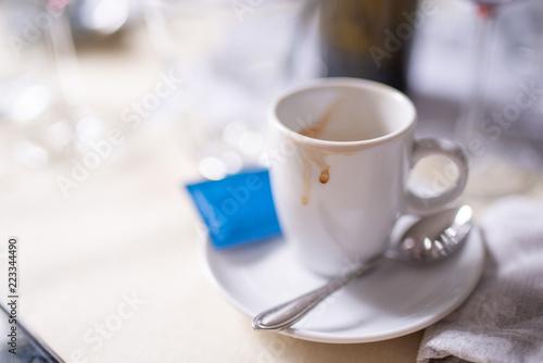 Tracce di caffè rimaste sulla tazzina dopo la consumazione al tavolo